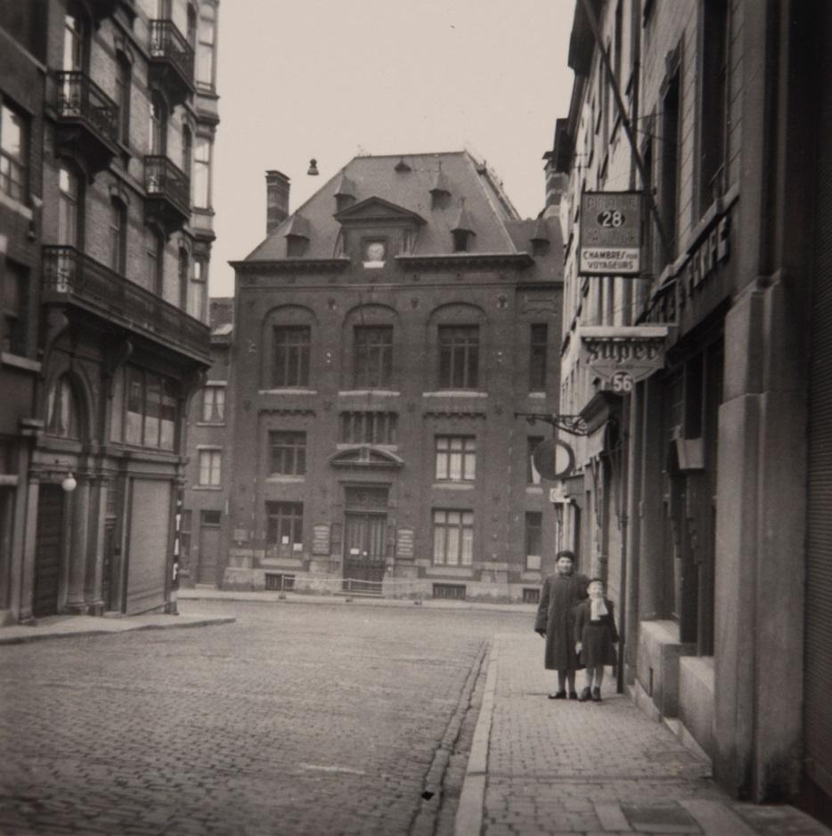 063d3f240dc913 L'école communale n°18, rue de Schaerbeek, n°62, photographiée par Antoine  Leblicq en 1954 depuis la rue de la Pompe