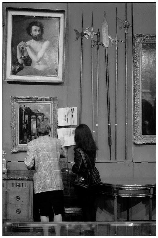 Consultation du catalogue agrafé à la cimaise (© Hôtel des Ventes). c10d417d7a94