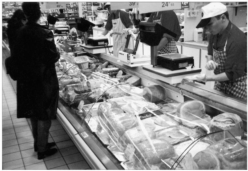 8e8053f71c4877 Interaction au rayon « Charcuterie-traiteur » dans un hypermarché (photo    Thomas Debril, 2003).