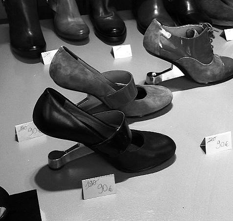 9023d05f09d64a Originales chaussures à haute cambrure, curieusement plus confortables à  l'essai qu'il n'y semble en les voyant, photographiées dans la boutique  d'une ...