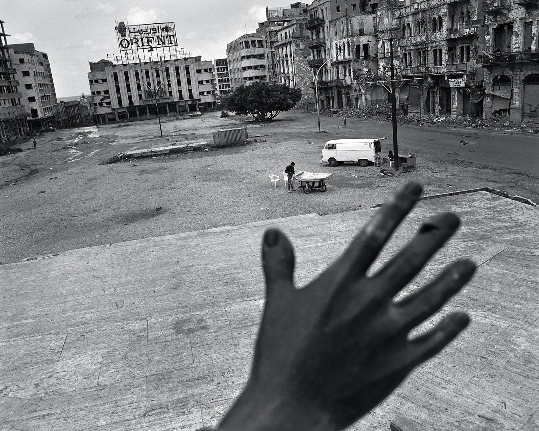 Fouad Elkoury, Beyrouth Centre. La main, place des Martyrs, 1991.